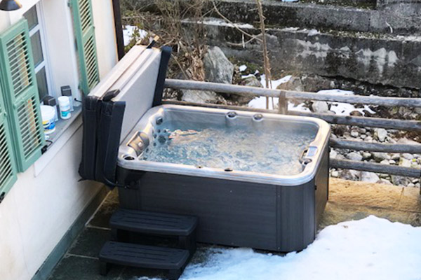 Spa extérieur sous la neige